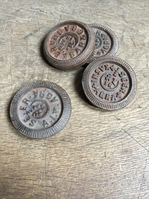 Oude ijzeren gewichten gewicht metaal industrieel vintage landelijk bruin