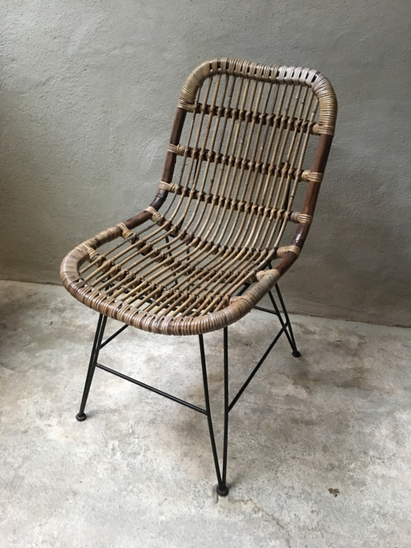 Vintage rotan rieten stoel fauteuil landelijk industrieel metalen onderstel zwart stoer jaren '70 retro rieten lounge urban tuinstoel