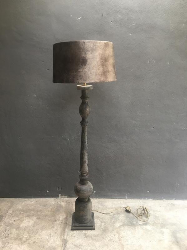 Zwart grijze vergrijsd houten vloerlamp landelijk stoer robuust sober grey grijs inclusief bruine velours kap  140 x 20 cm