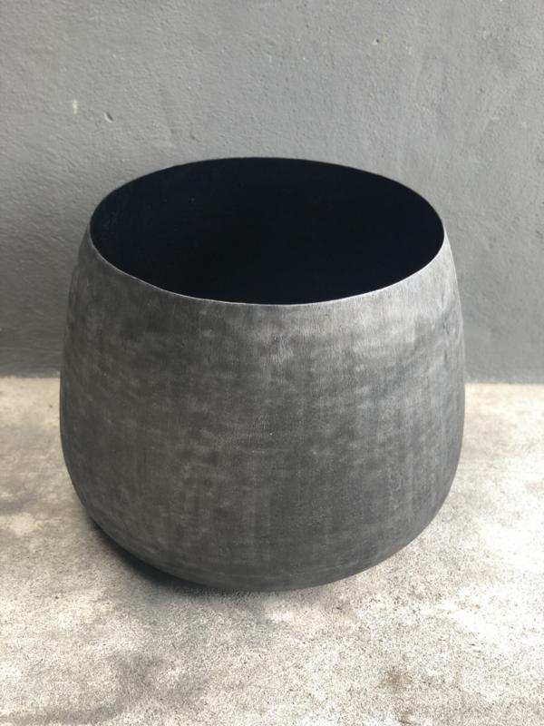 Stoere grote grijze vrij zwarte metalen pot bloempot vaas bak genolu mat zwart ompot