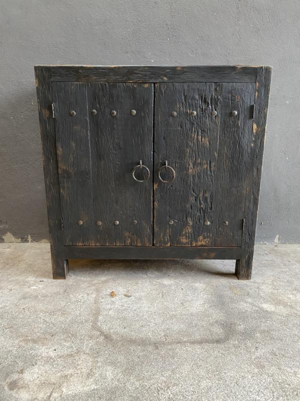 Oud stoer houten kast kastje kast dressoir 2 deurs 90 cm landelijk grijs zwart oud beslag ringen industrieel wastafelmeubel
