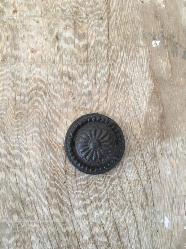 Gietijzeren knopje knop deurknop deurknopje handvat handgreep greep metaal metalen bruin