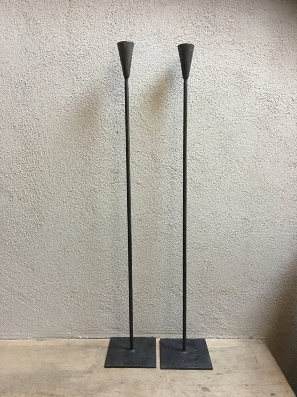 Smeedijzeren hoge donkerbruine/zwarte kandelaar 100 cm theelicht of stompkaars strak landelijk sober industrieel vloerkandelaar