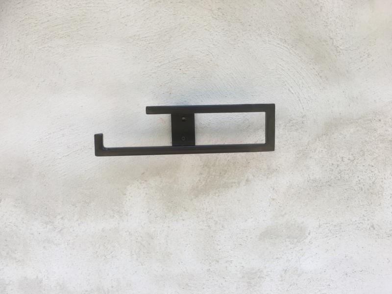 landelijke metalen smeedijzeren gietijzeren toiletrolhouder keukenrolhouder industrieel strak simpel eenvoud metaal eenvoud eenvoudige strak strakke handdoekhouder haak beugel grijsbruin wcrolhouder