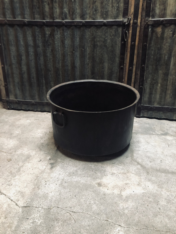 Grote bruine metalen bak pot met hengsels ringen ompot landelijk stoer robuust industrieel vintage bloempot open haard hout houtbak kachel