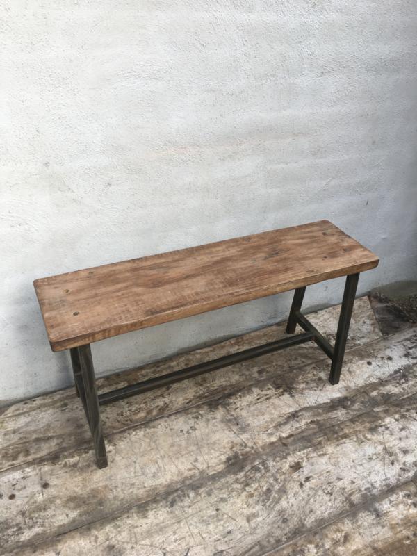 Stoere industriële landelijke bankje bank schoolbankje kruk metalen onderstel houten zitting krukje vintage bruin