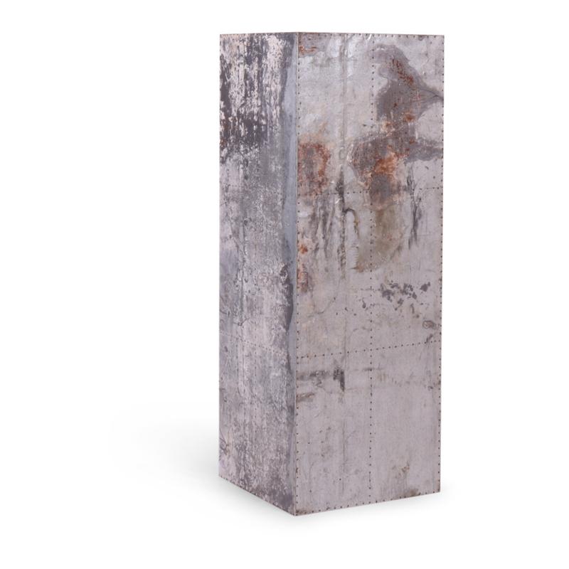 Oude metalen sokkel zuil blok 110 x 40 x 40 cm bekleed met oude metalen platen bijzettafel kruk stoel tafeltje salontafel industrieel landelijk roest bruin grijs
