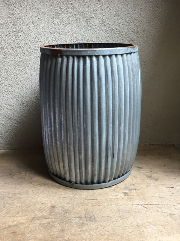 "Grote ""zinken"" verzinkte pot ton ribbelton bak trommel bloempot kruk tafeltje bijzettafeltje emmer landelijk stoer Brocant industrieel"