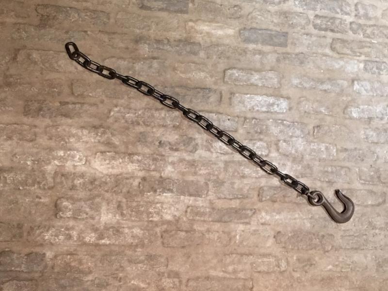 Stevige metalen ketting met haak landelijk bruin roestbruin industrieel