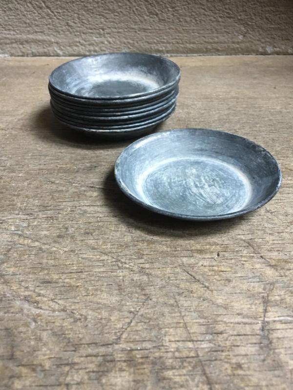 Zinken bord bordje schaaltje bakje onderzetter bakje 9 cm taps theezakje landelijk stoer grijs taps