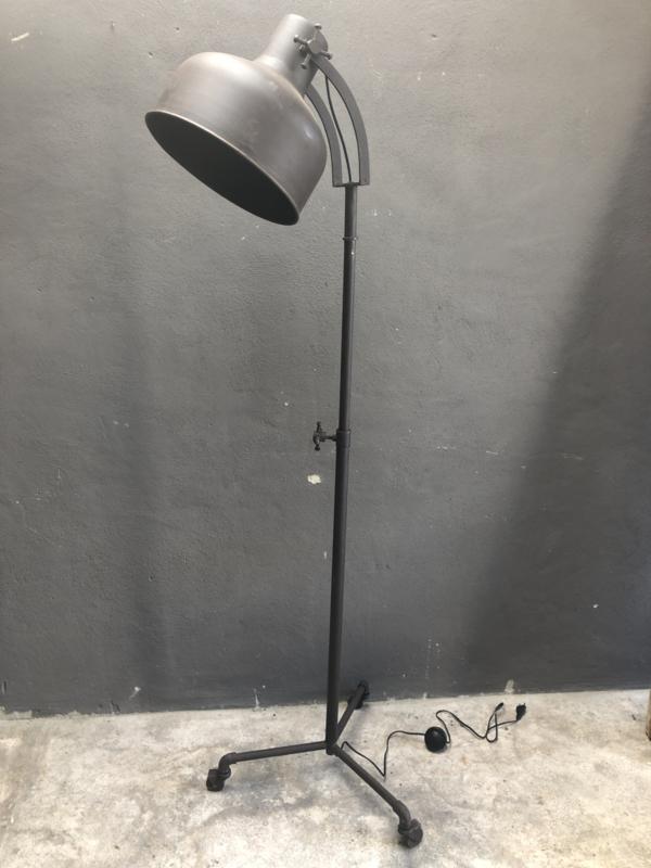 Stoere bruin metalen vloerlamp grijsbruin leeslamp staande lamp op wieltjes industrieel stoer landelijk vintage