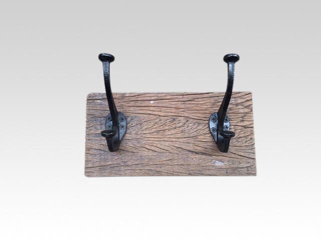 Railway oude houten kapstok oud hout 2 haken stoer landelijk plank grof nerf wandhaken wandkapstok industrieel
