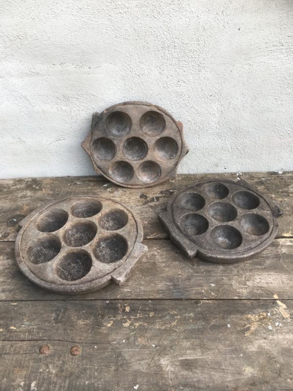 Oude grijze hardstenen schaal bord kandelaar theelicht theelichtjes waxine waxinelichtjes schaal pan idili maker poffertjes pan bak grijs oud steen arduin