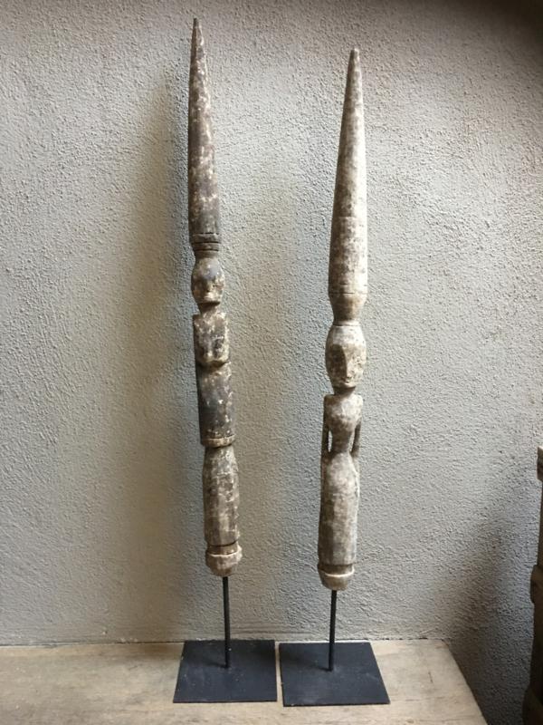 Prachtig sober oud vergrijsd houten ornament pop poppen beeld saluwesi op statief patung pelampung standaard landelijk stoer chique