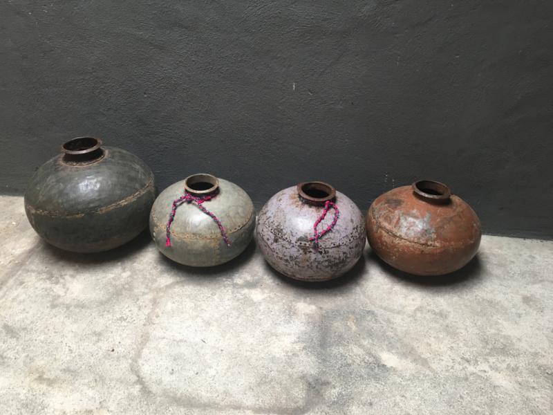 Oud metalen pot kruik vaas industrieel grijs metaal stoer landelijk vintage