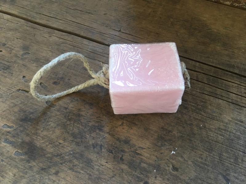 Groot blok zeep aan jute koord naturel rose roze touw
