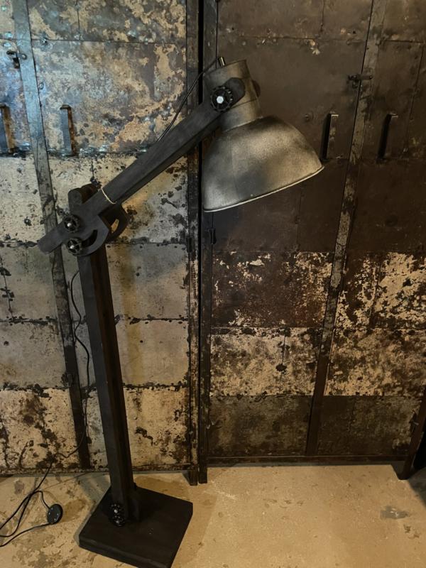 Stoere grijs zwarte vloerlamp houten kniearm voet metalen kap industrieel landelijk stoer vintage