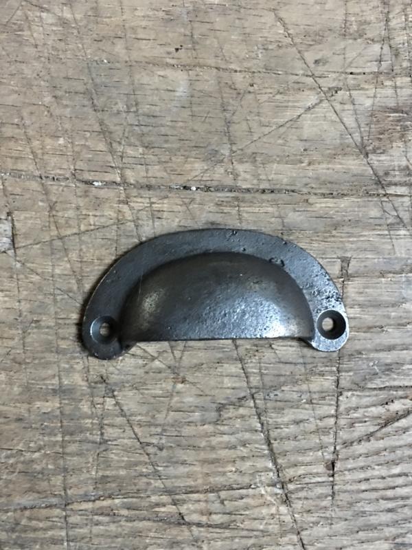 Gietijzeren handvat handvaten handgreep greep greepje deurknop halve maan grijs grijze metaal half maantje deurknopje gebogen greepje landelijk industrieel