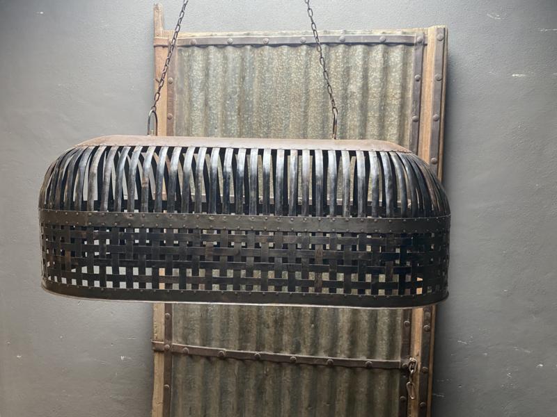 Grote oude metalen smeedijzeren korf lampekap hanglamp korflamp lamp mand landelijk industrieel