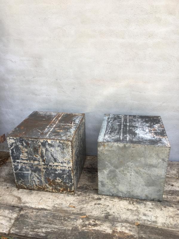 Oude metalen sokkel zuil blok bekleed met oude metalen platen bijzettafel 45 x 45 x 45 cm kruk stoel tafeltje salontafel industrieel landelijk roest bruin grijs