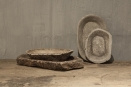 Oude marmeren schaal bak M landelijk stoer robuust oud steen hardsteen zeepbakje serveerschaaltje