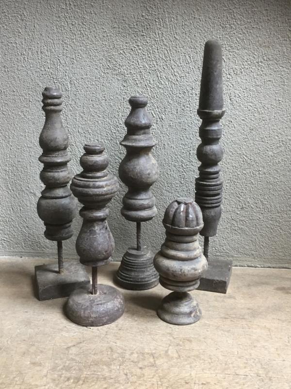 Set van 5 vergrijsd houten klossen spoelen op voetje Be uniq hout ornamenten ornamentjes grijs vergrijsd hout landelijk stoer