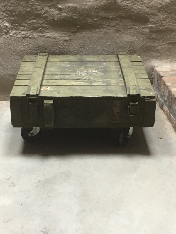 Oude houten kist legerkist op wielen tafel salontafel vintage army khaki landelijk stoer groen