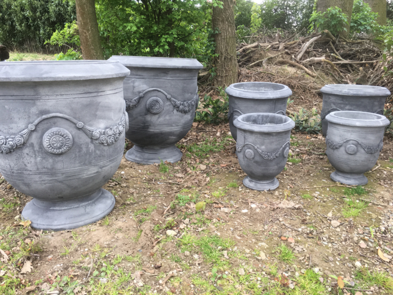Grote massief betonnen tuinpot tuinvaas beton grijs medium middel M mega pot bloempot vaas bak tuin buiten out door landelijk stoer robuust