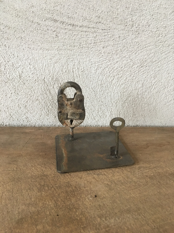 Leuk industrieel ornament decoratie oud metalen slot slotje met sleutel op standaardje vintage