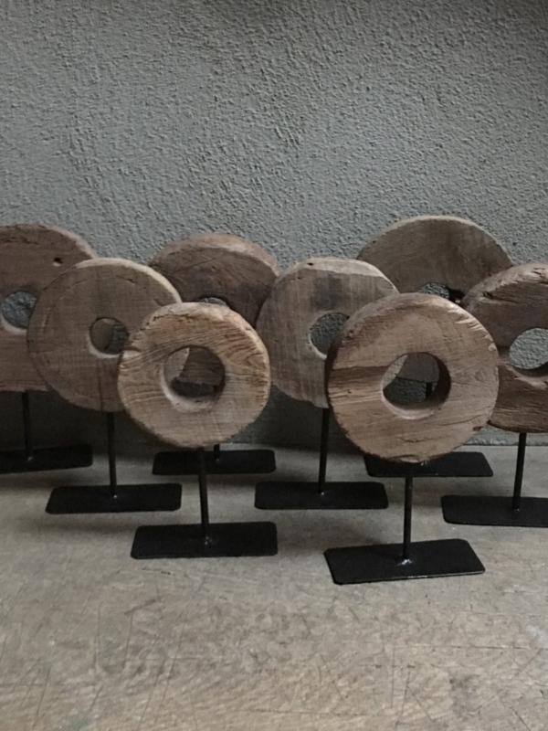 Oud houten ornament wiel op standaard rond ronde grinder landelijk stoer industrieel Brocant