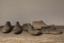 Oude vergrijsd houten schoenmal schoenmakersmal mal oud hout landelijk industrieel vergrijsd
