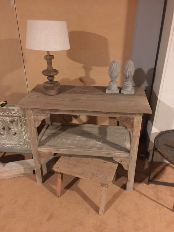 Vergrijsd houten tafeltje met onderplank landelijk aura afri's Haltafeltje stoer hout wastafelmeubel