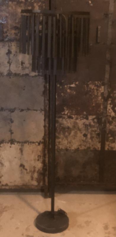 Stoere zwart metalen lamp staande Vloerlamp geknikte lamel industrieel landelijk stoer zwart