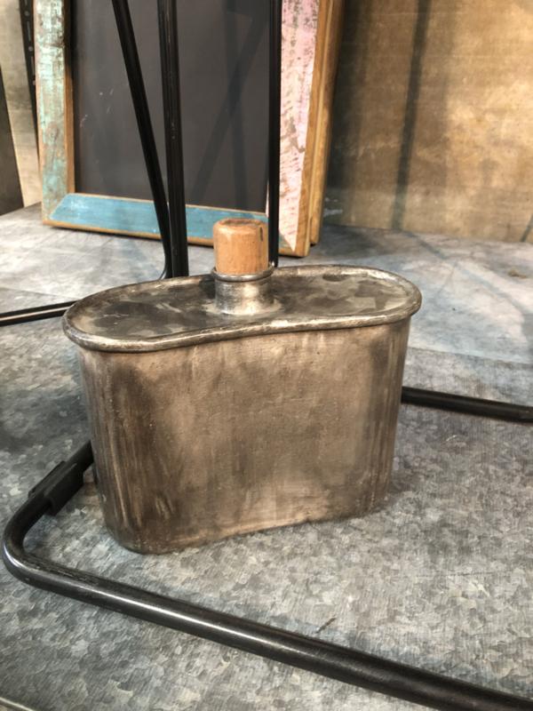 Oude metalen veldfles veldkan bottle fles vintage landelijk stoer leger army grijs metaal industrieel brocant
