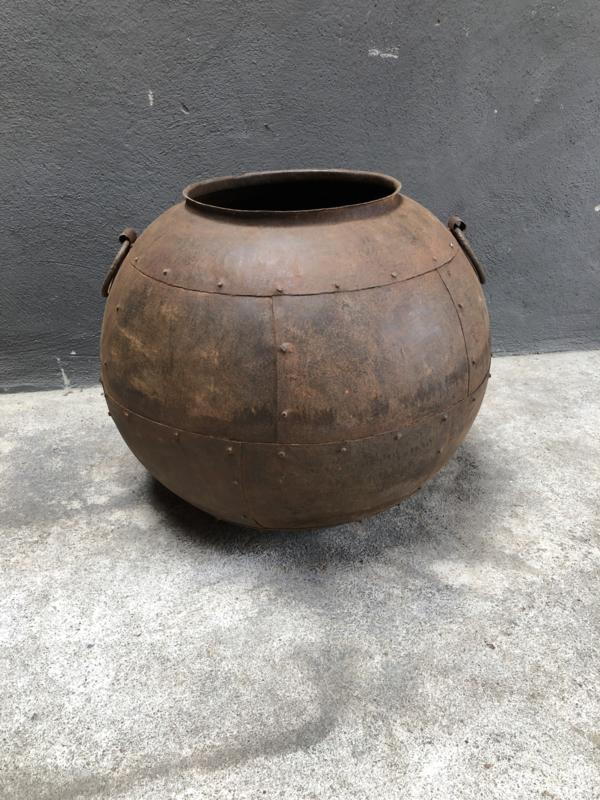 Prachtige grote oude roestbruine metalen ketel pot vaas bak industrieel landelijk stoer urban vintage