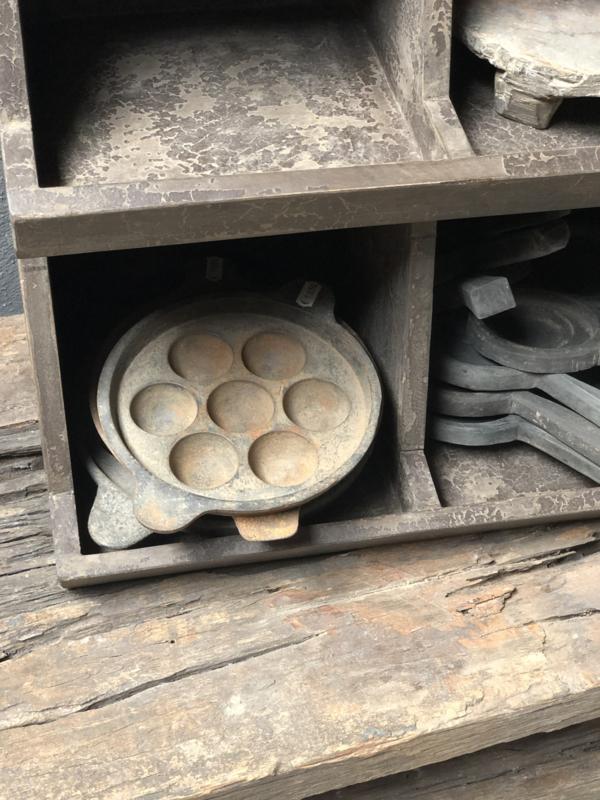 Oude gietijzeren poffertjespan leuk voor theelichtjes