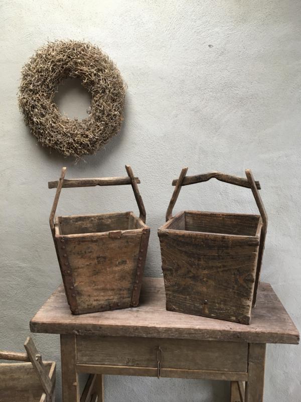 Oude vergrijsd doorleefd houten graanbak trog boerenbak mangelbak mand schaal magelbak landelijk vergrijsd