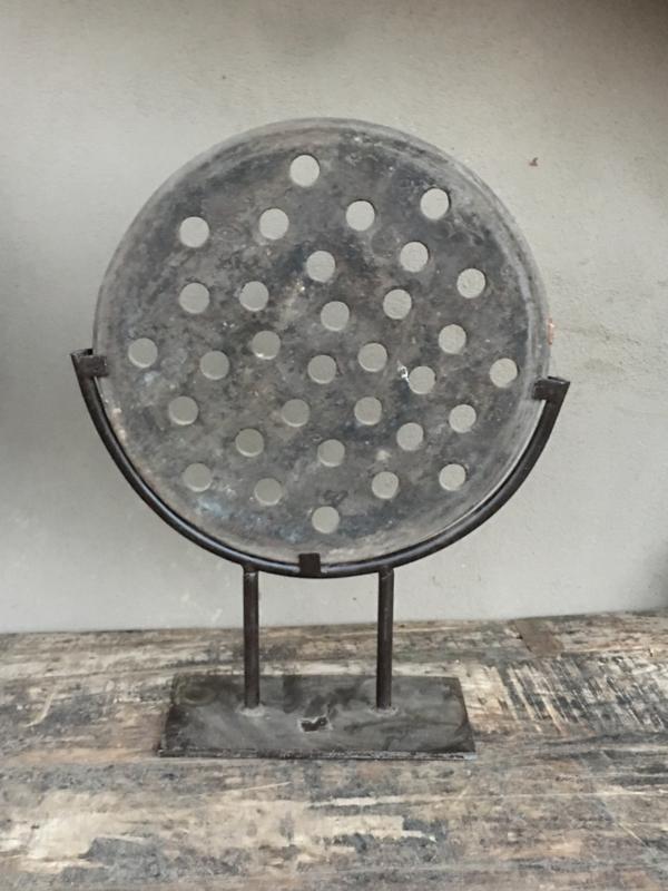 Oude grijze stenen zandstenen zandsteen broodmal grijs grinder molensteen ring op stand standaard zandsteen wiel ornament landelijke stijl op statief stoer