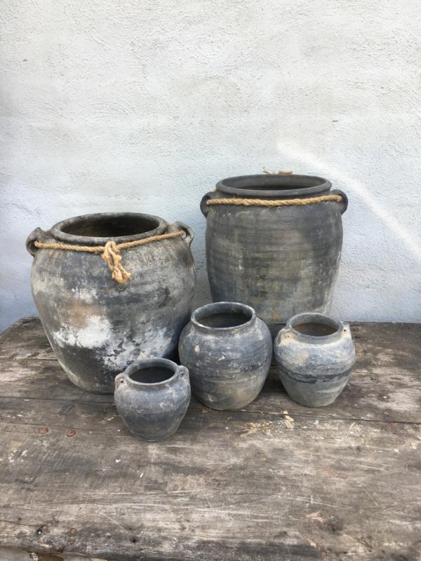 Grijze stenen kruik pot vaas vergrijsd medium middel  mat poederachtig landelijk stoer sober robuust