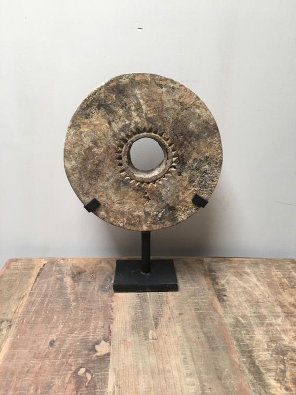Oud vergrijsd houten wiel in standaard rond ornament doorleefd landelijk op pin