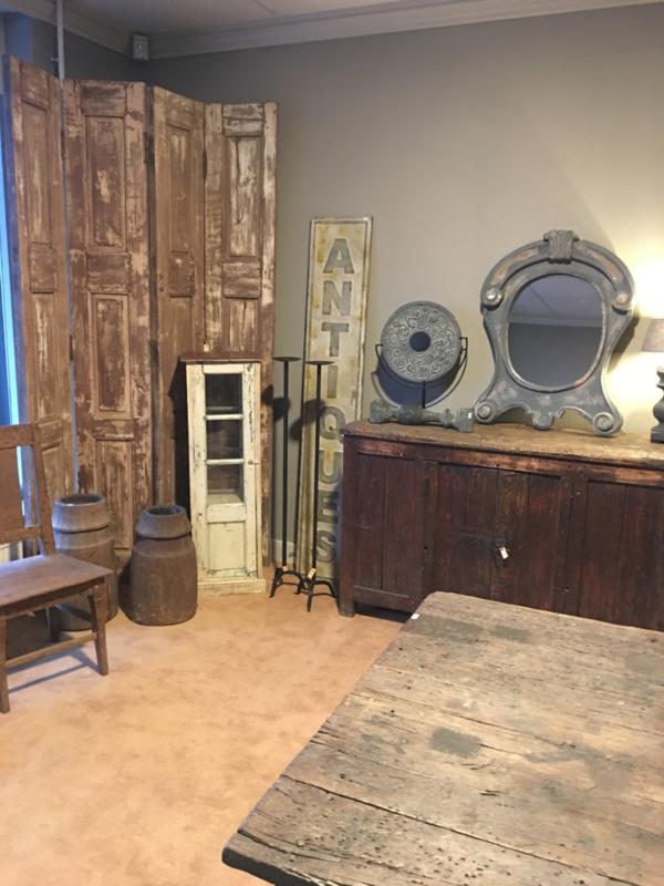 Oud houten vitrinekastje met opslag vitrinekast showkastje winkelkastje toonbank toonbankkastje byoux sieradenkastje etalage landelijk industrieel vintage Brocant