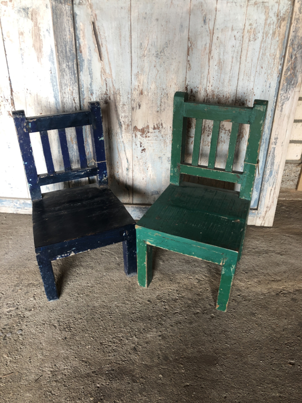 Stoer oud blauw en groen houten kinderstoeltje stoeltje landelijk doorleefd vergrijsd vintage hout sloophout