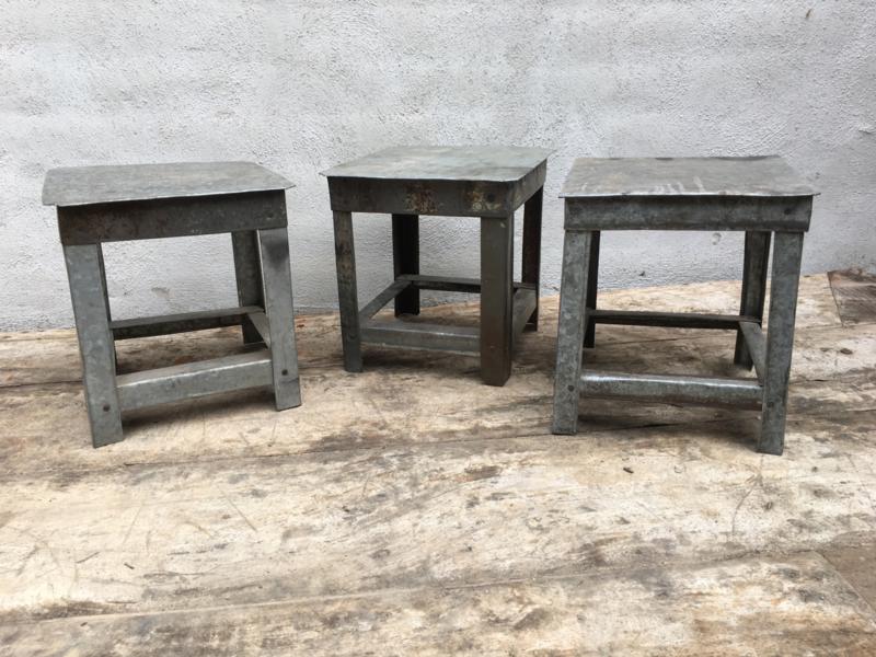 Oud Zinken kruk opstap opstapje gerecycled metaal landelijk bruin grijs stoer brocant zink klein
