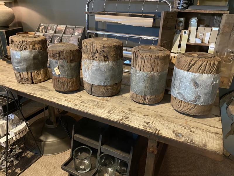 Stoere grote oude vergrijsd houten kandelaar met metalen zinken details  stompkaars Old wheelbarrow/candlestand Aura Peeperkorn  kandelaar