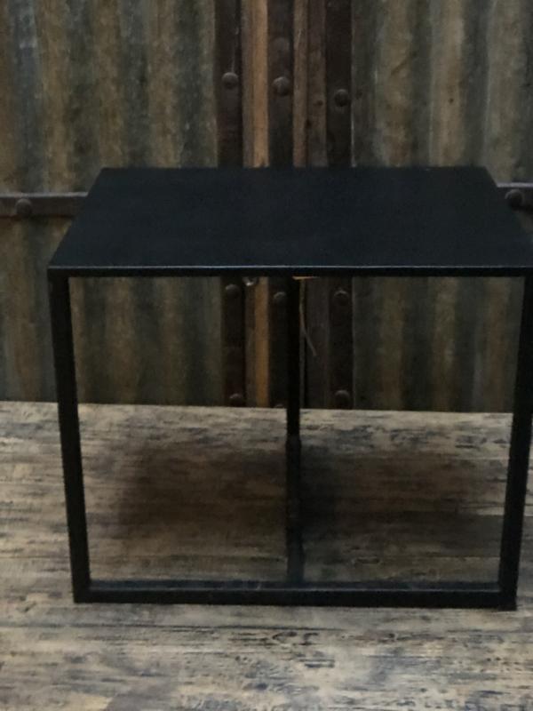 Metalen tafeltje, stoer tafeltje, industrieel tafeltje