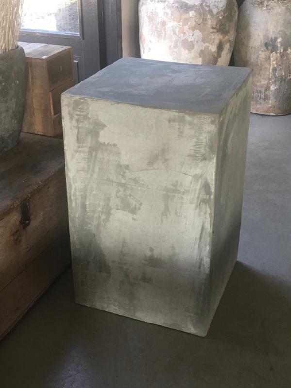Grote beton zuil kolom L sokkel grijs betonlook