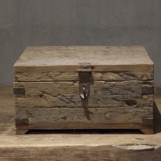 Stoere oude houten kist kistje box doos theedoos groot theekist theekistje theebox spicebox kruidendoos landelijk robuust oud hout