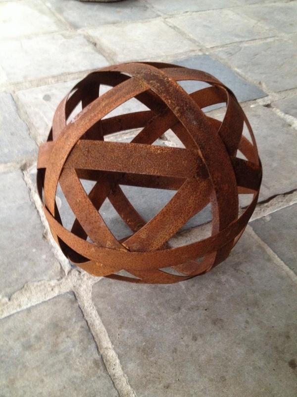 Smeedijzeren bol bal 30 cm decoratie tuin metaal metalen bollen ballen tuinornament roest bruin