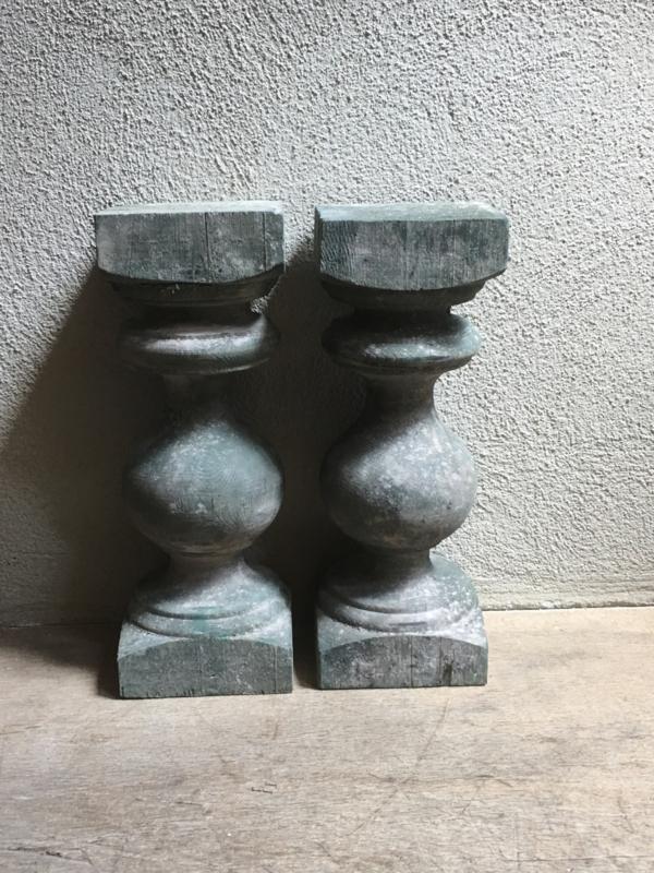 Stoere oud houten baluster console balluster baluster  kandelaar grijs poederachtig grijsgroen