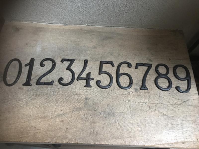 Zwarte gietijzeren cijfers sier krul metaal metalen nummers huisnummers huisnummer 1234567890 metaal metalen industrieel landelijk vintage nummer